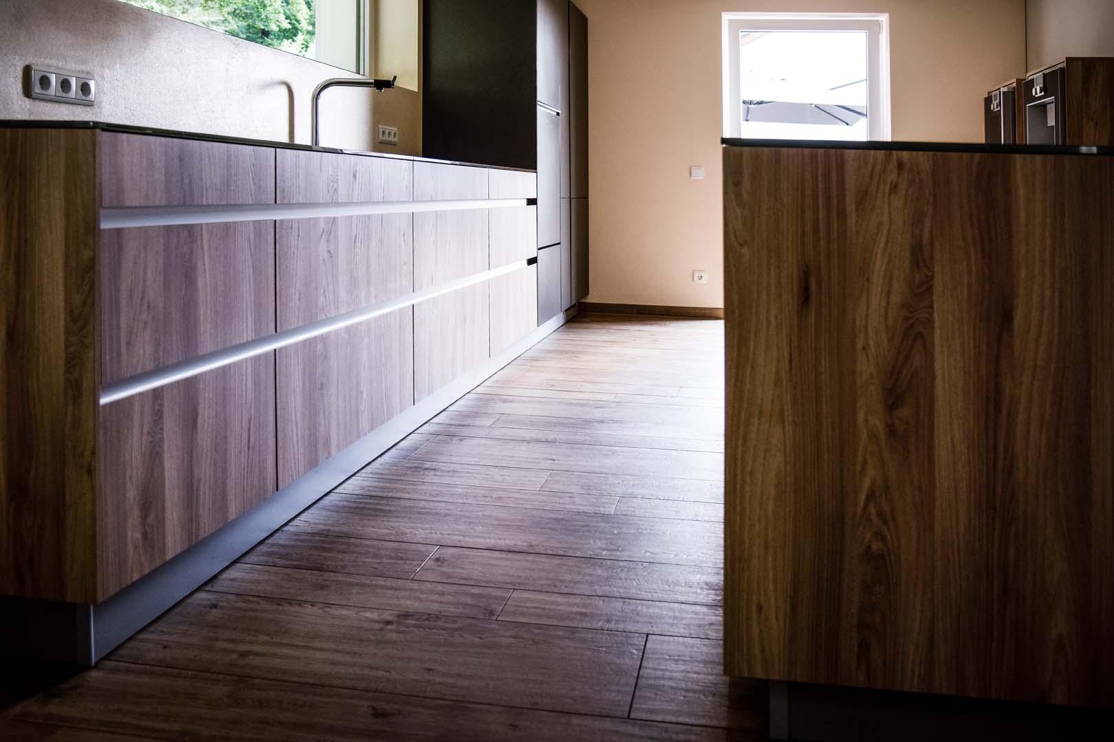 front holz ulme mit glas arbeitsplatte veigl k chen. Black Bedroom Furniture Sets. Home Design Ideas