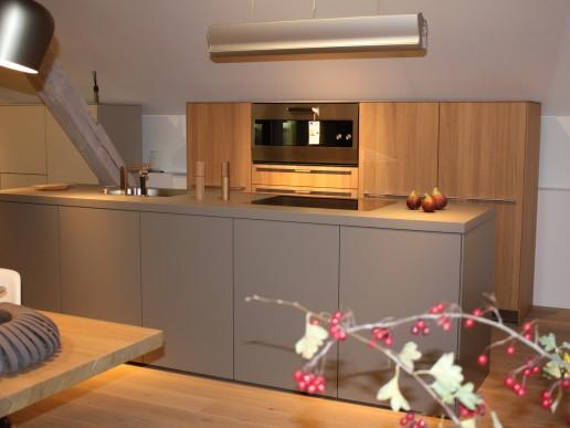 Bulthaup Küche, Materialität der Hochschränke in Eiche massiv naturgrau mit dem Farbton