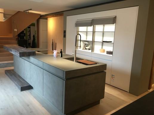 Küche Leicht Ceres in Merino in Kombination mit Insel in Concrete Beton Manhattan