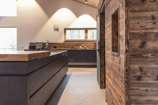 Küche Beton Dunkel mit Glas Arbeitsplatte kombiniert mit Altholz