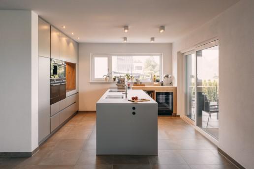 Leicht Küche in Farbton Olive mit Eichenholz & Glasarbeitsplatte